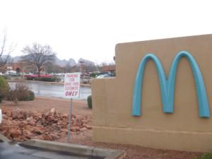 青いマクドナルドのロゴ