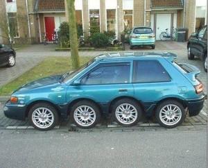 タイヤが8つの車
